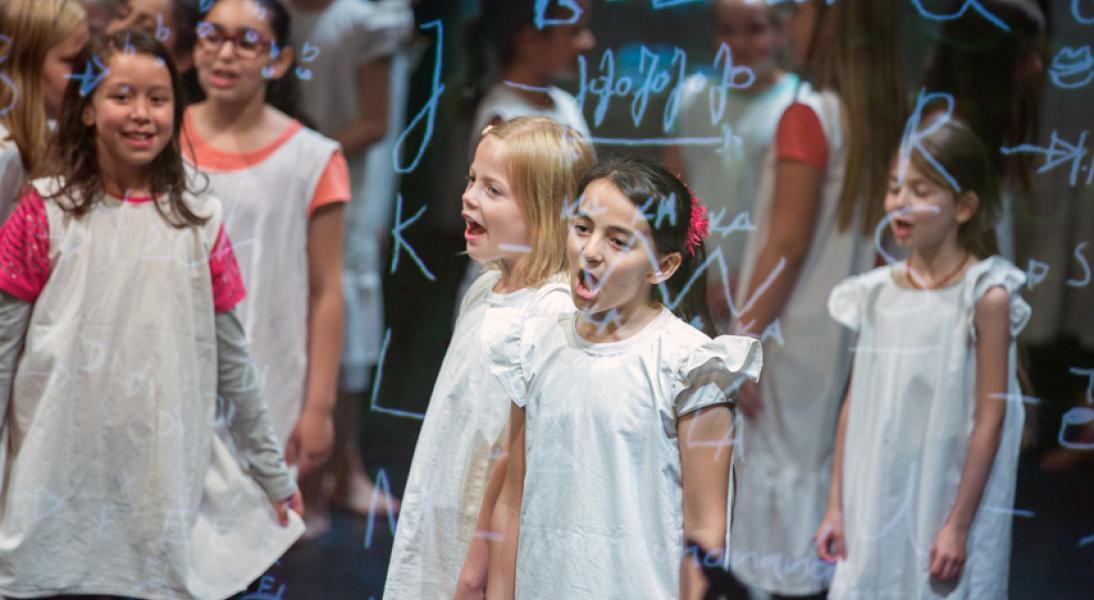 Grundschüler*innen auf der Bühne