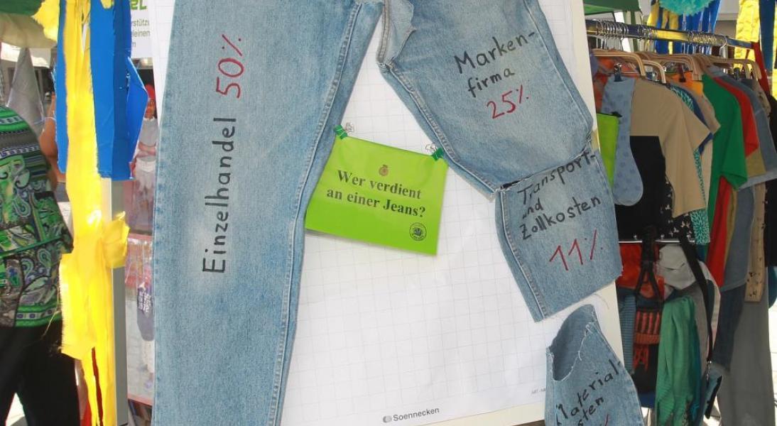 Wer verdient an einer Jeans? Bildungskisten dazu gibt es in der Werkstatt.  Foto: Werkstatt Solidarische Welt / Zoepf